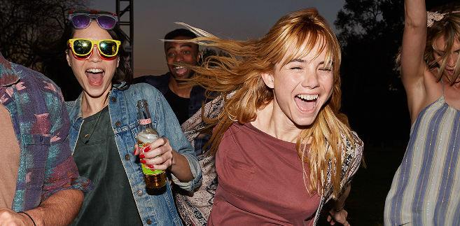 pre-fiesta cerveza desperados joven guapa alegría