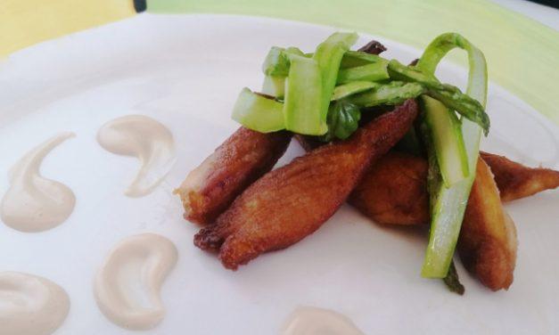 Pollo adobado con mayonesa de soja y espárragos